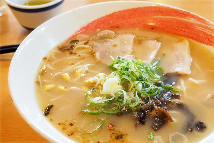 最後の一滴まで飲み干せるあっさりトンコツスープ小麦の香り豊かな自家製麺